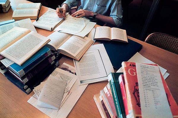 Nederland, Nijmegen, 1-12-2003Student werkt in de bibliotheek van de Letterenfaculteit van de Universiteit van Nijmegen aan een werkstuk, scriptie. Wetenschappelijk onderwijs, studiedruk, studeren, prestatiebeurs, literatuur onderzoek, promoverenFoto: Flip Franssen/Hollandse Hoogte