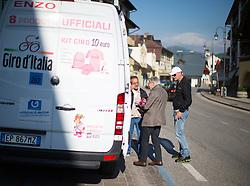 15.05.2013, Tarvis, ITA, Giro d Italia 2013, 11. Etappe, Tarvis nach Vajont, im Bild Strassenhaendler vertreiben Giro Merchandising // Street vendors selling Giro merchandise during Giro d' Italia 2013 at Stage 11 from Tarvis to Vajont at Tarvis, Italy on 2013/05/15. EXPA Pictures © 2013, PhotoCredit: EXPA/ J. Groder