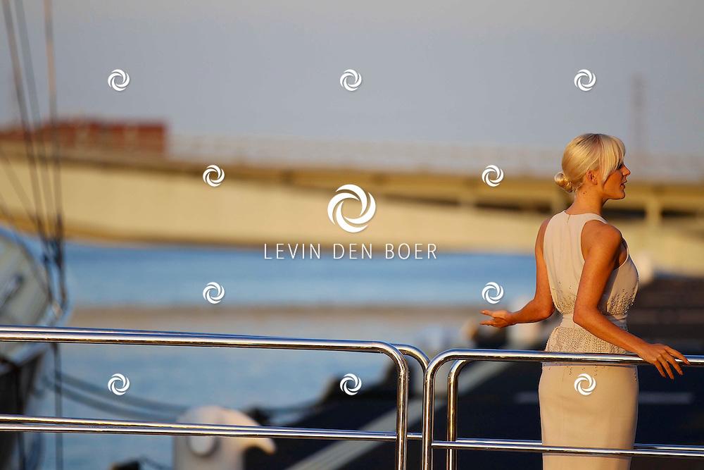 AMSTERDAM - Twee eeuwen na de oorspronkelijke wereldreis van whiskymaker en pionier Johnnie Walker vaart het luxe The Voyager jacht dezelfde epische oceaanroute. Na Azië, en beroemde Europese havens als Cannes, Monte Carlo, Athene, Portofino en Barcelona komt het jacht nu naar Amsterdam. Met op de foto Stacey Rookhuizen in een jurk van Jan Taminiau. FOTO LEVIN DEN BOER - PERSFOTO.NU