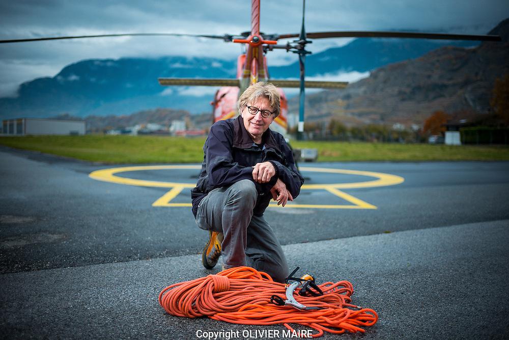 LE TEMPS - Portrait de Dr Jacques Richon sur la base de AIR GLACIER a Sion, le 12 novembre 2014 , m&eacute;decin d&rsquo;urgences et guide de montagne. Il part samedi sur la base scientifique polaire Princess Elizabeth en Antarctique. Il est le m&eacute;decin responsable des activit&eacute;s m&eacute;dicales de la base et d&eacute;veloppera un projet de t&eacute;l&eacute;m&eacute;decine en collaboration avec le CHUV<br />  (PHOTO-GENIC.CH/ OLIVIER MAIRE)