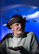 Boot aus Geldscheinen für Kasimir Einen kleinen GELDSEGEN wie diesen kann Kasimir gut gebrauchen. Nach einem<br /> Unfall konnte der Mann aus Masuren nicht mehr arbeiten, er fing an zu trinken<br /> und rutschte ab. Trotzdem ist er ein netter Typ geblieben, der anderen hilft und für sie<br /> dolmetscht, denn sein Deutsch ist nach mehr als 25 Jahren in Hamburg ziemlich gut.
