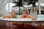 Fort Lauderdale, Florida, USA, 20091125:   Royal Caribbean Cruise Line launch their new flagship, the Oasis of the Seas. Roie Mamanoe og Ritchard Swinburd nyter boblebadet i regnværet.Photo: Orjan F. Ellingvag/ Dagbladet/ Corbis