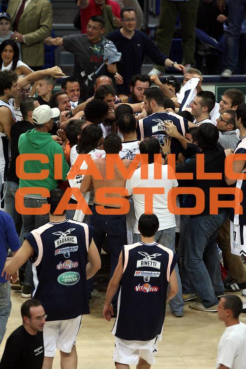 DESCRIZIONE : Bologna Lega A1 2005-06 Play Off Semifinale Gara 1 Climamio Fortitudo Bologna Carpisa Napoli <br />GIOCATORE : Tifosi Team<br />SQUADRA : Climamio Fortitudo Bologna<br />EVENTO : Campionato Lega A1 2005-2006 Play Off Semifinale Gara 1 <br />GARA : Climamio Fortitudo Bologna Carpisa Napoli <br />DATA : 01/06/2006 <br />CATEGORIA : Tifosi Esultanza<br />SPORT : Pallacanestro <br />AUTORE : Agenzia Ciamillo-Castoria/G.Ciamillo