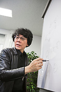 Professor Hiroshi Ishiguro p&aring; sitt kontor p&aring; Osaka University, Japan<br />