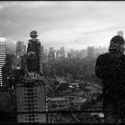 MISCELÁNEAS<br /> Photography by Aaron Sosa<br /> Autorretrato / Self portrait<br /> Vista de Plaza Venezuela<br /> Caracas - Venezuela 2007<br /> (Copyright © Aaron Sosa)