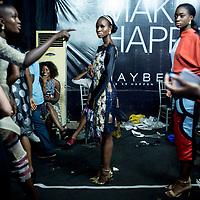 Les modèles portant des tenues de Ejiro Amos Tafiri SS17 attendent en backstage avant de defiler lors de la Lagos Fashion and Design Week.