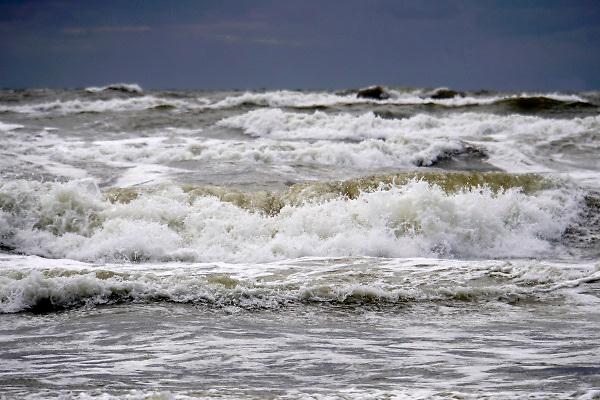 Nederland, the netherlands,  Wijk aan zee, 27-8-2018Door de stevige wind worden de golven hoger en woester.Foto: Flip Franssen