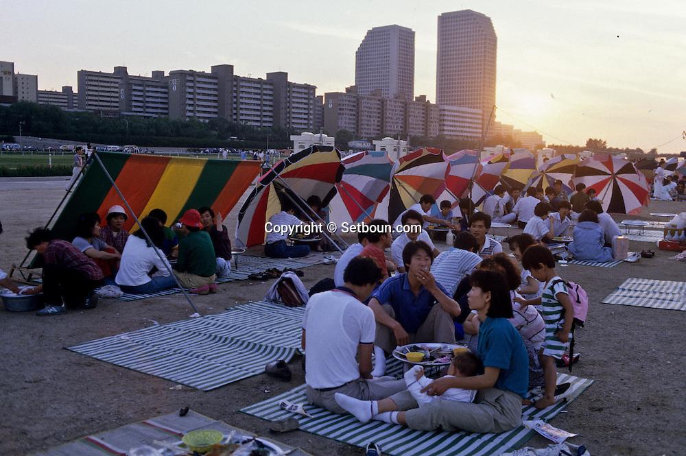 lunch in front of The DLI tower called Yuksam building on Yoido Island  Seoul  Korea   pique nique au pied de La tour DLI appelee  Yuksam Building sur la presqu'ile de yoido  Seoul  Coree  ///    L0006966  /  R00030  /  P107227