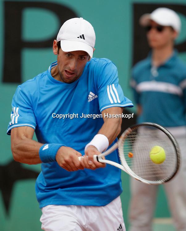 French Open 2009, Roland Garros, Paris, Frankreich,Sport, Tennis, ITF Grand Slam Tournament,  <br /> Novak Djokovic (SRB) spielt eine Rueckhand,backhand,action<br /> <br /> <br /> Foto: Juergen Hasenkopf