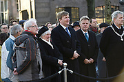 Koning Willem-Alexander is aanwezig bij de herdenking van de Februaristaking. Op 25 februari 1941 legden duizenden werknemers in Amsterdam en omgeving het werk neer uit protest tegen het optreden van de Duitse bezetter tegen de joden. <br /> <br /> King Willem-Alexander was present at the commemoration of the February strike. On February 25, 1941 put thousands of workers in Amsterdam and around the work down in protest against the actions of the Germans against the Jews.<br /> <br /> Op de foto / On the photo: <br />  De koning met genodigden waaronder links enkele stakers / The king left with invitees including several strikers
