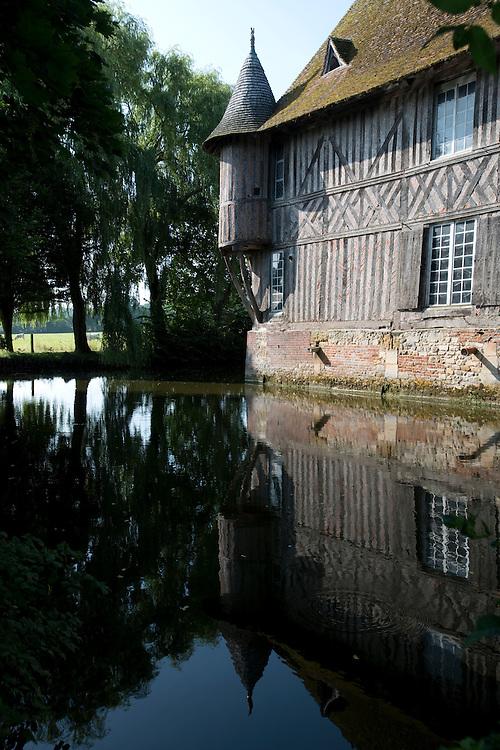 Le Manoir de Coupesarte, monument historque, est une ferme d'&eacute;levage bovine Charolais biologique en activit&eacute;, g&eacute;r&eacute; par la famille de Andr&eacute; Michel depuis trois g&eacute;n&eacute;rations. <br /> Coupesartre, France. 26/07/2013.