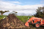 Kompost och traktor hos Oceanside Farms, Homer, Alaska. USA