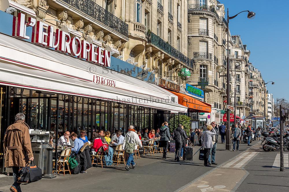 Parisiens à la terrasse du café L'Européen gare de Lyon // Parisians at Gare de Lyon L'Européen pavement café
