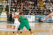 DESCRIZIONE : Avellino Lega A 2015-16 Sidigas Avellino Vanoli Cremona<br /> GIOCATORE : Tyrus Mc Gee<br /> CATEGORIA : palleggio schema<br /> SQUADRA : Vanoli Cremona<br /> EVENTO : Campionato Lega A 2015-2016 <br /> GARA : Sidigas Avellino Vanoli Cremona<br /> DATA : 10/04/2016<br /> SPORT : Pallacanestro <br /> AUTORE : Agenzia Ciamillo-Castoria/A. De Lise <br /> Galleria : Lega Basket A 2015-2016 <br /> Fotonotizia : Avellino Lega A 2015-16 Sidigas Avellino Vanoli Cremona