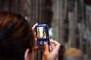 Duitsland, Keulen, 11-8-2009een toerist maakt met een digitale camera een foto in de dom van Keulen.Foto: Flip Franssen/Hollandse Hoogte