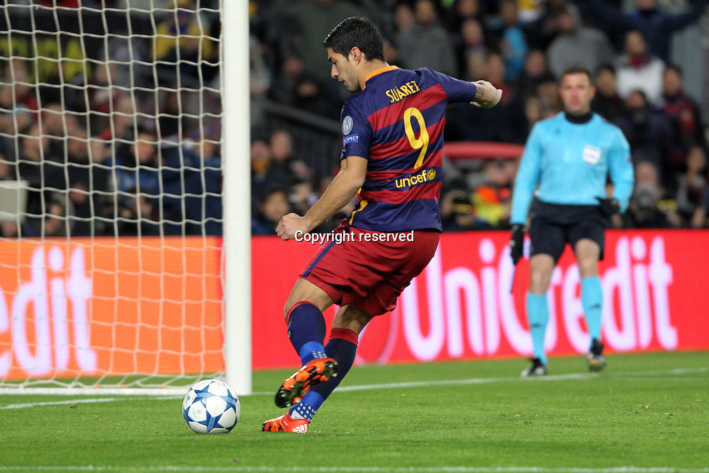 24.11.2015. Nou Camp, Barcelona, Spain. Champions League. Barcelona versus AS Roma. Goal scored for 1-0 by Luis Suarez  with a tap in after a team  build up including Messi
