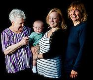 ZOETERMEER - 3 generaties moeders in één familie copyright robin utrecht 4 GENERATIES SAMEN MOEDER OMA EN DOCHTER EN KLEINDOCHTER