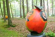 Appeltjes van Soestdijk<br /> <br /> Deze zomer staan de paleistuinen van Paleis Soestdijk volledig in het teken van de Appeltjes van Soestdijk. De kleurrijke collectie van maar liefst 50 beschilderde appels is vanaf 30 april te zien en voert u door de prachtige tuinen. De appels hebben een doorsnee van maar liefst een meter. De kunstenaars hebben zich laten inspireren door o.a. Koninklijke familieportretten, paleizen, landschappen, geschiedenis en toekomst van ons vorstenhuis. <br /> <br /> Apples of Soestdijk<br /> <br /> This summer, the palace gardens of Soestdijk are completely dominated by the Apples of Soestdijk. The colorful collection of no less than 50 painted apples can be seen from April 30 and run through the beautiful gardens. The apples have a diameter of no less than one meter. The artists were inspired by ao royal family portraits, palaces, landscapes, history and future of our dynasty.<br /> <br /> Op de foto / On the photo: <br />  Koning Willem Alexander