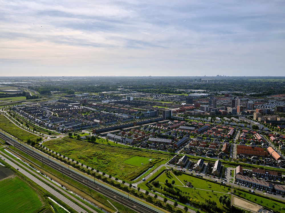 Nederland, Zuid-Holland, Zoetermeer, 14-09-2019; de nieuwbouwwijk Oosterheem, HSL-lijn met geluidsschermen in de voorgrond.<br /> New development district Oosterheem, HSL line with noise barriers in the foreground.<br /> luchtfoto (toeslag op standard tarieven);<br /> aerial photo (additional fee required);<br /> copyright foto/photo Siebe Swart