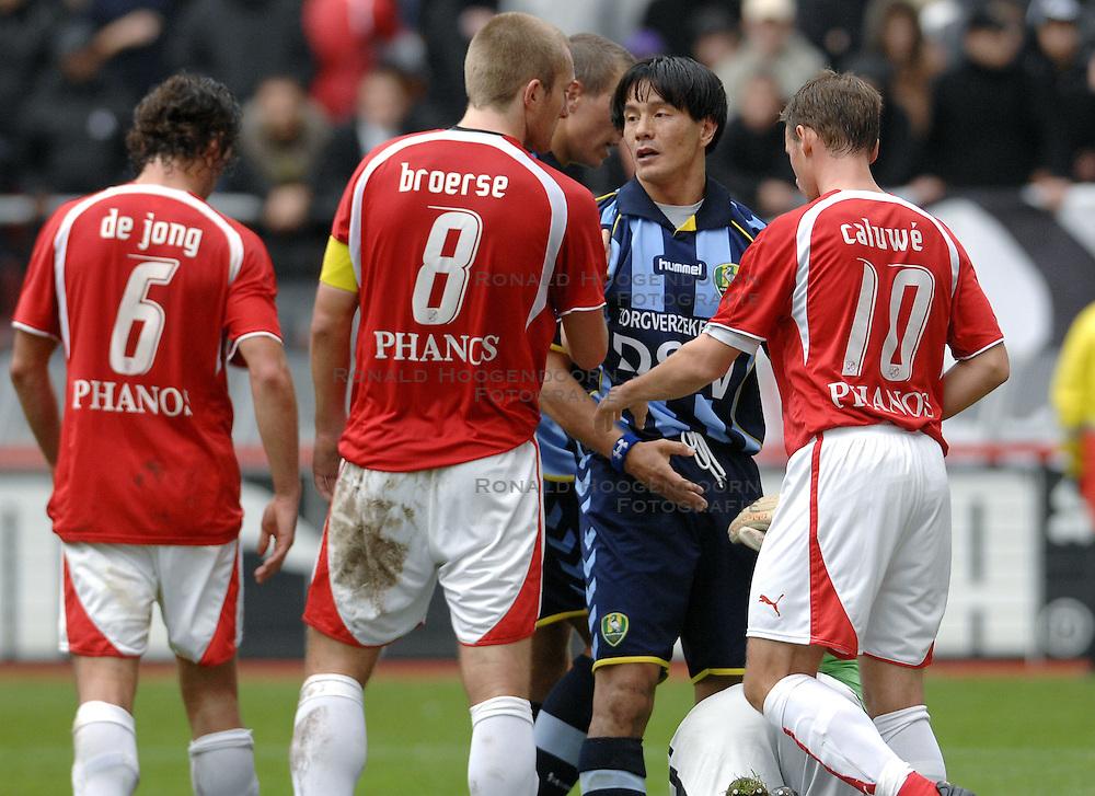 22-10-2006 VOETBAL: UTRECHT - DEN HAAG: UTRECHT<br /> FC Utrecht wint in eigenhuis met 2-0 van FC Den Haag / Michael Mols en Joost Broerse<br /> &copy;2006-WWW.FOTOHOOGENDOORN.NL