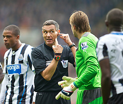 19.10.2013, St. James Park, New Castle, ENG, Premier League, ENG, Premier League, Newcastle United vs FC Liverpool, 8. Runde, im Bild Newcastle United's goalkeeper Tim Krul complains to referee Andre Marriner after Mapou Yanga-Mbiwa is sent off // during the English Premier League 8th round match between Newcastle United and Liverpool FC St. James Park in New Castle, Great Britain on 2013/10/19. EXPA Pictures © 2013, PhotoCredit: EXPA/ Propagandaphoto/ David Rawcliffe<br /> <br /> *****ATTENTION - OUT of ENG, GBR*****