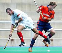 Europees Kampioenschap Hockey mannen. Nederland-Schotland (5-1) Teun de Nooijer zet de Schot Michael leonard op het verkeerde been. .