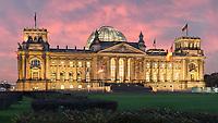 Das Reichstagsgebäude ist eine der meistbesuchten Sehenswürdigkeiten Berlins. Vor allem die gläserne Kuppel ist eine Attraktion für Touristen. Wer gerne Berlin in einem anderen Licht sehen möchte, für den empfiehlt sich der Besuch der Kuppel in der Nacht.