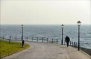 Nederland, Urk, 19-2-2015Een oudere man wandelt op de dijk langs het water.  Elderly man walking alongside the water.Foto: Flip Franssen/Hollandse Hoogte