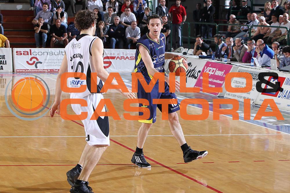 DESCRIZIONE : Ferrara Lega A 2009-10 Basket Carife Ferrara Sigma Coatings Montegranaro<br /> GIOCATORE : Dimitris Tsaldaris<br /> SQUADRA : Sigma Coatings Montegranaro<br /> EVENTO : Campionato Lega A 2009-2010<br /> GARA : Carife Ferrara Sigma Coatings Montegranaro<br /> DATA : 25/04/2010<br /> CATEGORIA : Palleggio<br /> SPORT : Pallacanestro<br /> AUTORE : Agenzia Ciamillo-Castoria/G.Contessa<br /> Galleria : Lega Basket A 2009-2010 <br /> Fotonotizia : Ferrara Campionato Italiano Lega A 2009-2010 Carife Ferrara Sigma Coatings Montegranaro<br /> Predefinita :