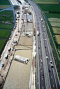 Nederland, Hoogmade, A4, 17-05-2002; kruising HSL en rijksweg A4; de autosnelweg (richting Leiden) wordt verbreed terwijl de HSL de snelweg verdiept moet kruisen; bouwput met damwanden wordt uitgegraven, fundering wordt geheid, dan wanden van onderwater beton en leegpompen; infrastructuur, bouwen, spoor, rail, TGV planologie ruimtelijke ordening;<br /> luchtfoto (toeslag), aerial photo (additional fee)<br /> foto /photo Siebe Swart