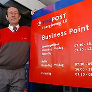 KPN medewerker Ruud Piest 40 jaar in dienst als postbode in Huizen, ptt,