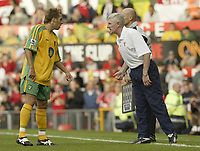 Fotball<br /> Foto: SBI/Digitalsport<br /> NORWAY ONLY<br /> <br /> Manchester United v Norwich<br /> 21.08.2004<br /> <br /> Norwich manager Nigel Worthington gets some instructions across to Darren Huckerby