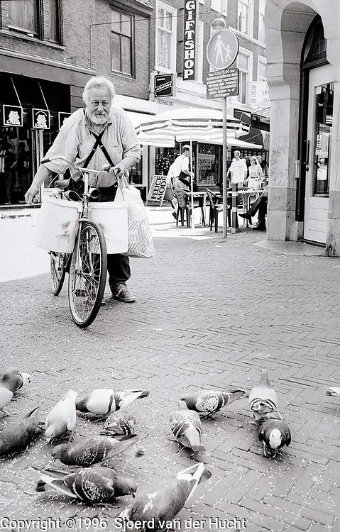Gerard Fieret, fotograaf en kunstenaar voor duiven in de binnenstad van Den Haag, 1996