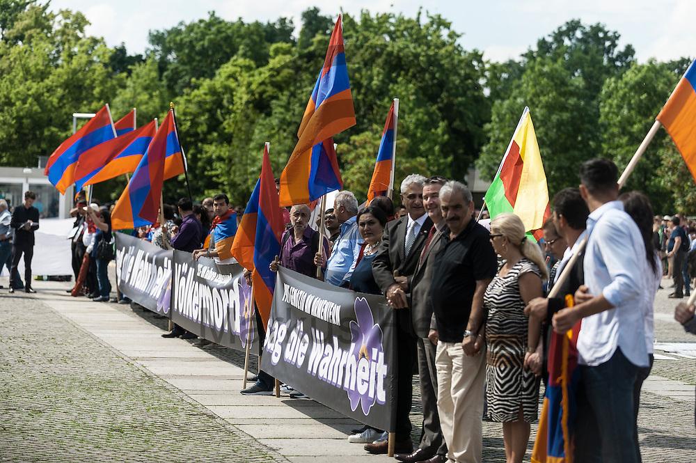 Demonstranten stehen w&auml;hrend der Proteste von Armeniern am 02.06.2016 vor dem Bundestag in Berlin, Deutschland. Mehrere Hundert Menschen Demonstrierten vor dem Bundestag f&uuml;r eine Anerkennung des V&ouml;lkermords an den Armeniern durch den Bundestag. Foto: Markus Heine / heineimaging<br /> <br /> ------------------------------<br /> <br /> Ver&ouml;ffentlichung nur mit Fotografennennung, sowie gegen Honorar und Belegexemplar.<br /> <br /> Bankverbindung:<br /> IBAN: DE65660908000004437497<br /> BIC CODE: GENODE61BBB<br /> Badische Beamten Bank Karlsruhe<br /> <br /> USt-IdNr: DE291853306<br /> <br /> Please note:<br /> All rights reserved! Don't publish without copyright!<br /> <br /> Stand: 06.2016<br /> <br /> ------------------------------w&auml;hrend der Proteste von Armeniern am 02.06.2016 vor dem Bundestag in Berlin, Deutschland. Mehrere Hundert Menschen Demonstrierten vor dem Bundestag f&uuml;r eine Anerkennung des V&ouml;lkermords an den Armeniern durch den Bundestag. Foto: Markus Heine / heineimaging<br /> <br /> ------------------------------<br /> <br /> Ver&ouml;ffentlichung nur mit Fotografennennung, sowie gegen Honorar und Belegexemplar.<br /> <br /> Bankverbindung:<br /> IBAN: DE65660908000004437497<br /> BIC CODE: GENODE61BBB<br /> Badische Beamten Bank Karlsruhe<br /> <br /> USt-IdNr: DE291853306<br /> <br /> Please note:<br /> All rights reserved! Don't publish without copyright!<br /> <br /> Stand: 06.2016<br /> <br /> ------------------------------