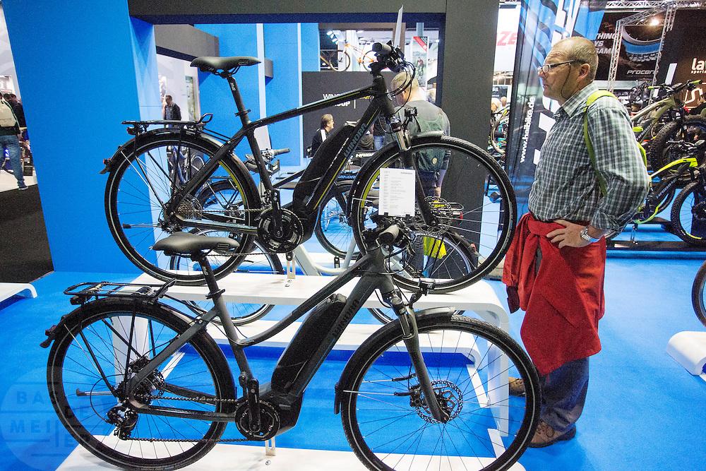 Nederland, Utrecht, 16-10-2015<br /> Een man kijkt naar een elektrische fiets. In de Jaarbeurs in Utrecht wordt de beurs BikeMotion gehouden. De beurs staat geheel in teken van de sportieve fietsen, zoals racefietsen, mountainbikes of toerfietsen. Op de beurs kunnen de liefhebbers de nieuwste modellen en ontwikkelingen zien en er zijn allerlei fiets gerelateerde activiteiten, zoals een mountainbike parcours. <br /> <br /> In the Jaarbeurs in Utrecht, the Bike Motion exhibition is held. The trade fair is entirely dedicated to the sports bikes, including road, mountain or touring bikes. At the fair, the fans can see the latest models and developments, and there are all kinds of bicycle-related activities, such as a mountain bike trail.