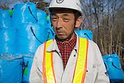 Katzuhiko Okoshi, 46, var tidigare jordbrukare men eftersom jorden ej längre är brukbar arbetar han nu med den tillfälliga lagringen av radioaktiv jord i byn Shidamyo. Fukushima Prefektur, Japan