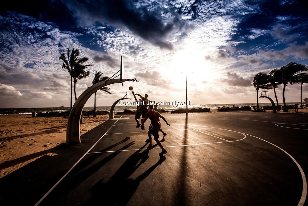 20151122 Fort Lauderdale  Florida USA <br /> Killar spelar basket i soluppg&aring;ngen vid FT Lauderdale beach<br /> <br /> FOTO : JOACHIM NYWALL KOD 0708840825_1<br /> COPYRIGHT JOACHIM NYWALL<br /> <br /> ***BETALBILD***<br /> Redovisas till <br /> NYWALL MEDIA AB<br /> Strandgatan 30<br /> 461 31 Trollh&auml;ttan<br /> Prislista enl BLF , om inget annat avtalas.