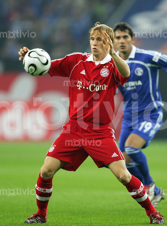 Fussball Bundesliga FC Schalke 04 - FC Bayern Muenchen Andreas OTTL (FCB), Einzelaktion am Ball.