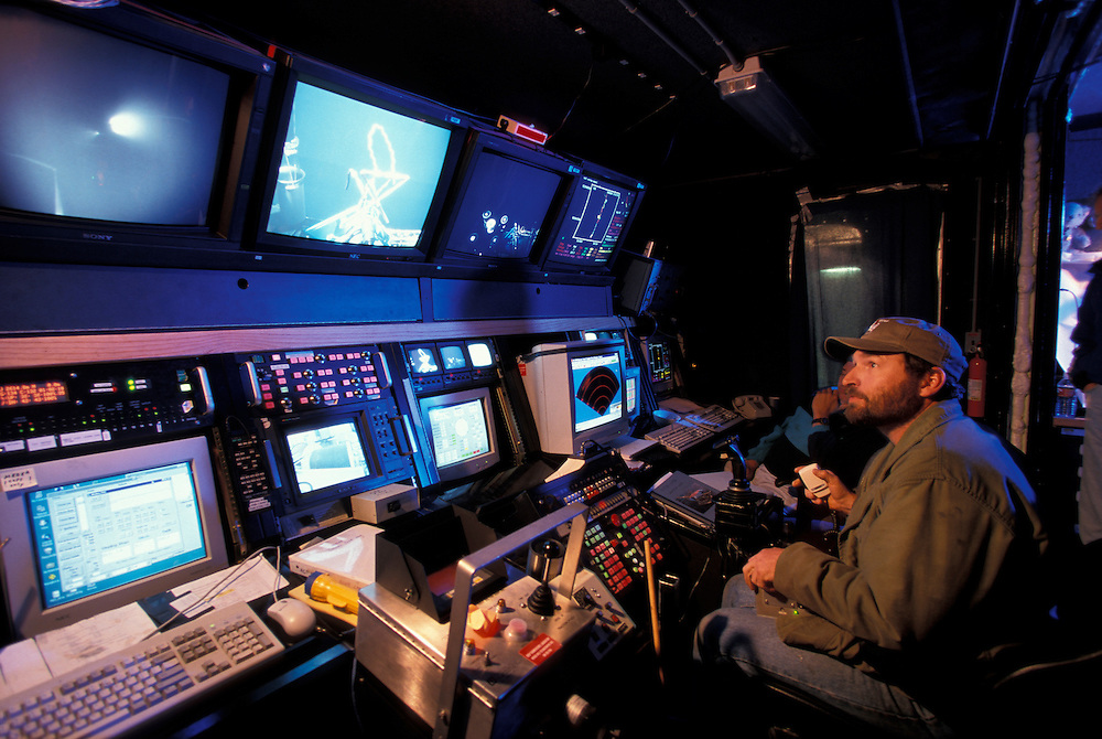 USA, Crew operates remote sub 8000' deep from R/V Thomas G. Thompson in North Pacific Ocean off Washington coast