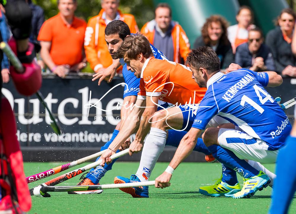 BLOEMENDAAL  -  Florian Fuchs (Bloemendaal) met Salva Piera (Kampong) en Robbert Kemperman (Kampong)   tijdens  de play offs heren hoofdklasse Bloemendaal-Kampong (0-2) . Kampong plaatst zich voor de finale.  COPYRIGHT KOEN SUYK
