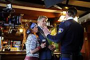 Setbezoek van het  tweede seizoen Dokter Tinus waar de opnamen in Woudrichem plaats vinden.<br /> <br /> Op de foto: scene met Jack Wouterse, Tygo Gernandt en Juliette van Ardenne