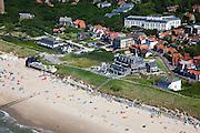 Nederland, Zeeland, Walcheren, 12-06-2009; Drukte op het strand van Domburg, ter hoogte van het badpaviljoen, het voormalige badhotel, nu appartementen en restaurant. Strandhuisje tegen de duinrand, dagjesmensen, toeristen, badgasten met tentjes en windschermen op het strand, aan het zonnen of in de branding..Swart collectie, luchtfoto (25 procent toeslag); Swart Collection, aerial photo (additional fee required).foto Siebe Swart / photo Siebe Swart