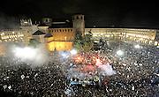© Filippo Alfero<br /> Parata del bus della Juventus in centro a Torino per festeggiare lo scudetto<br /> Torino, 13/05/2012<br /> sport calcio<br /> Nella foto: il bus con i giocatori tra la folla in Piazza Castello