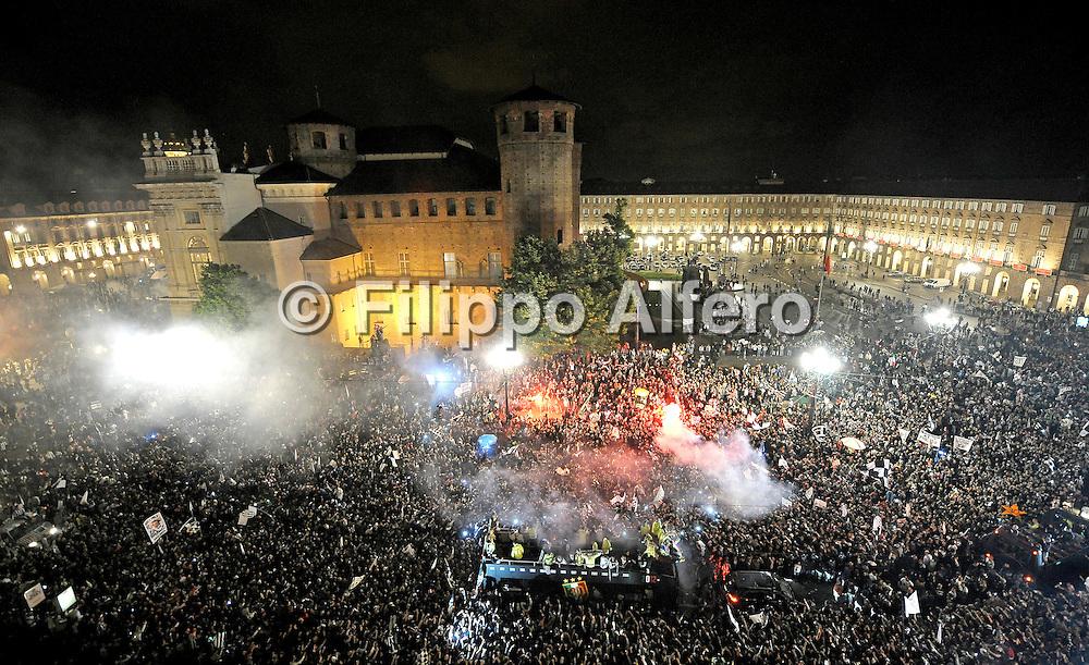 &copy; Filippo Alfero<br /> Parata del bus della Juventus in centro a Torino per festeggiare lo scudetto<br /> Torino, 13/05/2012<br /> sport calcio<br /> Nella foto: il bus con i giocatori tra la folla in Piazza Castello