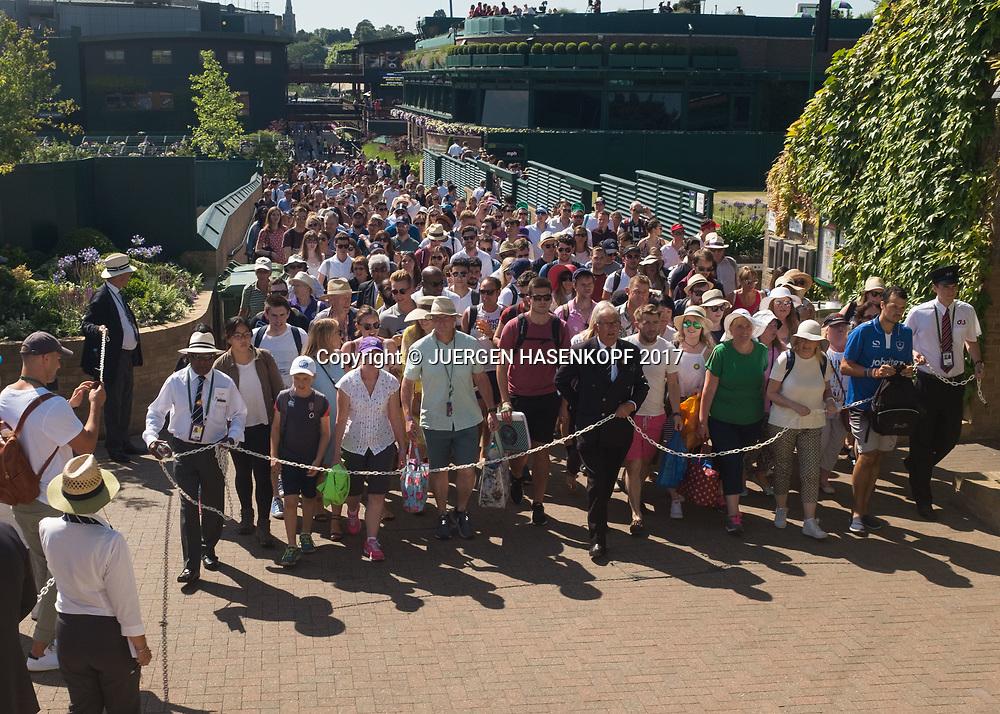 Wimbledon Feature, Wartende Zuschauer werden langsam auf die Anlage gefuehrt.<br /> <br /> Tennis - Wimbledon 2017 - Grand Slam ITF / ATP / WTA -  AELTC - London -  - Great Britain  - 7 July 2017.
