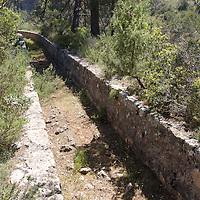 Le barrage Zola du nom de son architecte, François Zola (d'origine italienne), père d'Émile Zola, est l'un des premiers barrages en voûte.Il est situé sur la commune de le Tholonet, dans les gorges de l'Infernet en aval du barrage de Bimont pour alimenter la commune d'Aix-en-Provence qui est toute proche.Le projet a pour origine l'épidémie de choléra de 1832 - 1835La municipalité d'Aix-en-Provence décide de s'attaquer au problème de l'alimentation en eau potable de la ville.François Zola propose alors son projet de barrage et de canaux pour amener l'eau jusqu'à la ville, distante de 7 km environ.Hauteur : 24,5 m, longueur de la crête : 66 m, surface du plan d'eau : 4 ha, Capacité maxi : 2,5 millions de mètres-cube Le barrage Zola du nom de son architecte, François Zola (d'origine italienne), père d'Émile Zola, est l'un des premiers barrages en voûte.Il est situé sur la commune de le Tholonet, dans les gorges de l'Infernet en aval du barrage de Bimont pour alimenter la commune d'Aix-en-Provence qui est toute proche.Le projet a pour origine l'épidémie de choléra de 1832 - 1835La municipalité d'Aix-en-Provence décide de s'attaquer au problème de l'alimentation en eau potable de la ville.François Zola propose alors son projet de barrage et de canaux pour amener l'eau jusqu'à la ville, distante de 7 km environ.Hauteur : 24,5 m, longueur de la crête : 66 m, surface du plan d'eau : 4 ha, Capacité maxi : 2,5 millions de mètres-cube