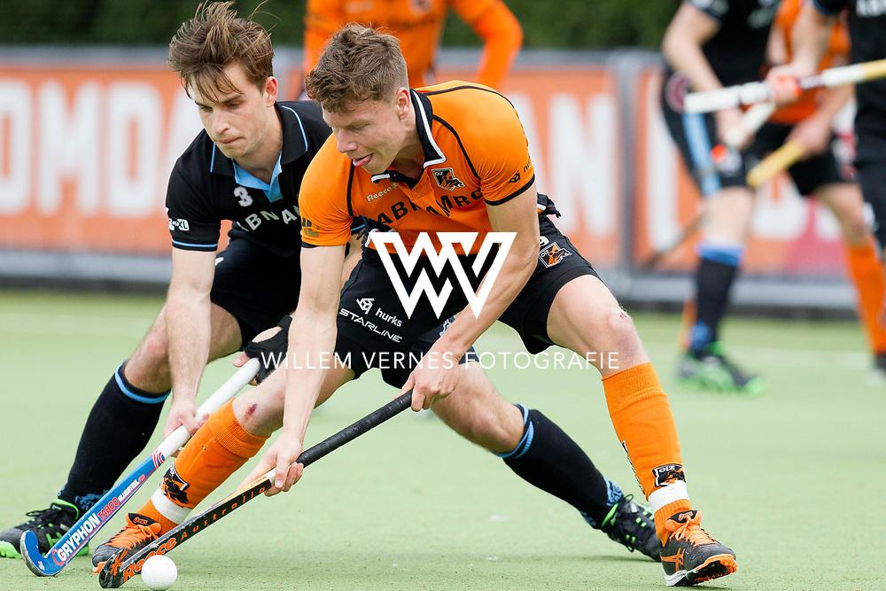 Eindhoven - OZ - HGC Heren, Hoofdklasse Hockey Heren, Seizoen 2015-2016, 30-04-2016, OZ - HGC, Jelle Galema in duel met Tristan Algera.