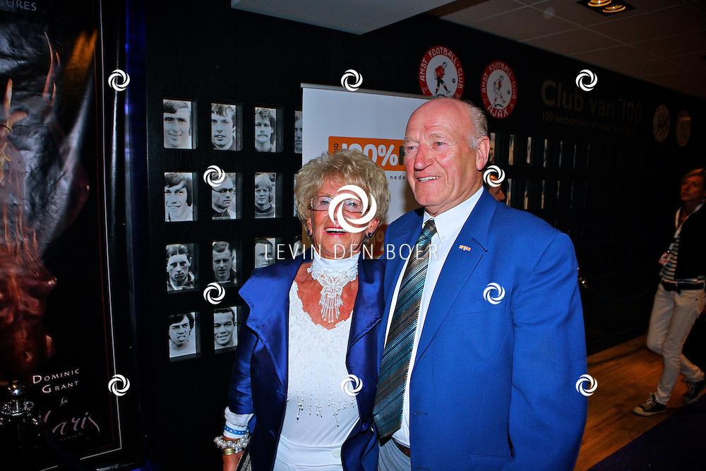 AMSTERDAM - Na het grote Toppers concert mochten de VIPS over de rode loper naar het VIP feest.  Met op de foto Janny Joling en haar partner Cor. FOTO LEVIN DEN BOER - PERSFOTO.NU