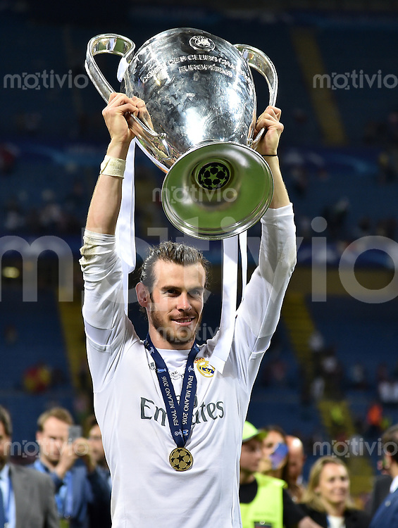 FUSSBALL  CHAMPIONS LEAGUE  FINALE  SAISON 2015/2016   Real Madrid - Atletico Madrid                   28.05.2016 Gareth Bale (Real Madrid) posiert mit dem Pokal