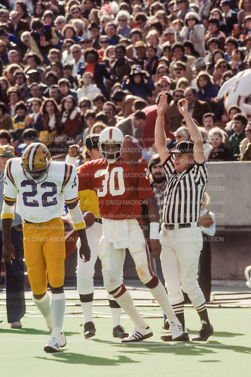 EL PASO, TX -  DECEMBER 31:  Wide receiver James Lofton #30 of Stanford University catches a touchdown pass during the 1977 Sun Bowl against the LSU Tigers played at Sun Bowl Stadium at the University of Texas at El Paso on December 31, 1977.  Lofton later played in the NFL and is a member of the Pro Football Hall of Fame. (Photo by David Madison/Getty Images) *** Local Caption *** James Lofton